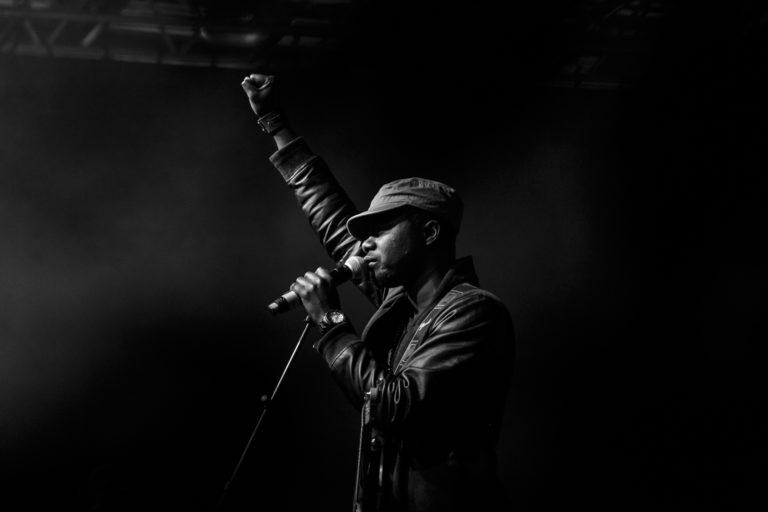 chanteur point levé photo concert musiciens groupe